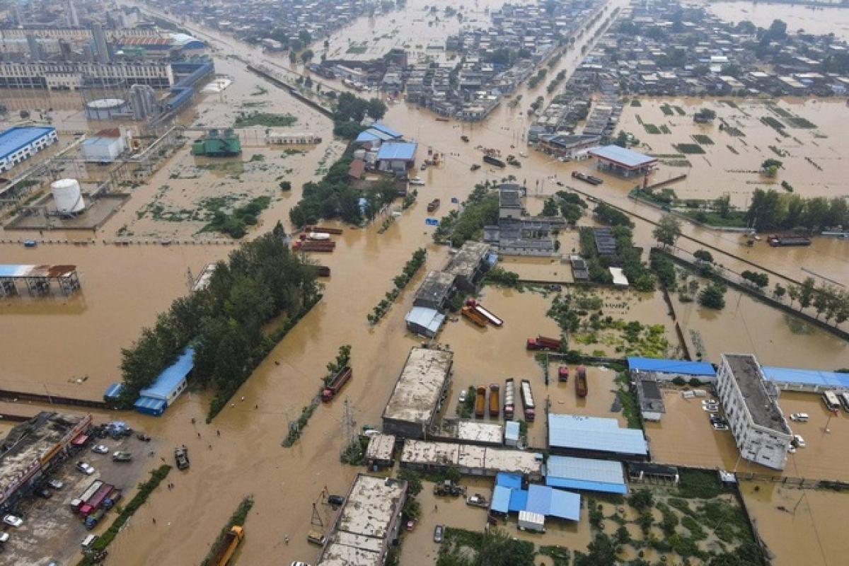 Nhiều ngôi làng ở tỉnh Hà Nam vẫn đang ngập trong biển nước (Ảnh: SCMP).