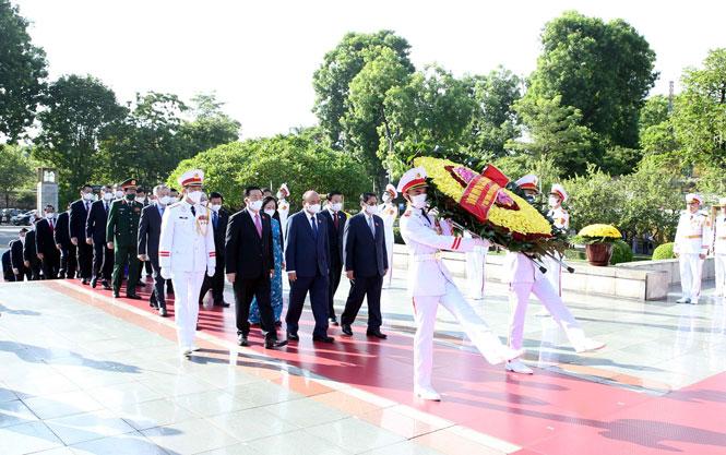 Lãnh đạo Đảng, Nhà nước và thành phố Hà Nội dâng hương tưởng niệm các Anh hùng liệt sĩ