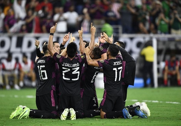 Mexico vào chung kết nhờ bàn thắng ở phút 99