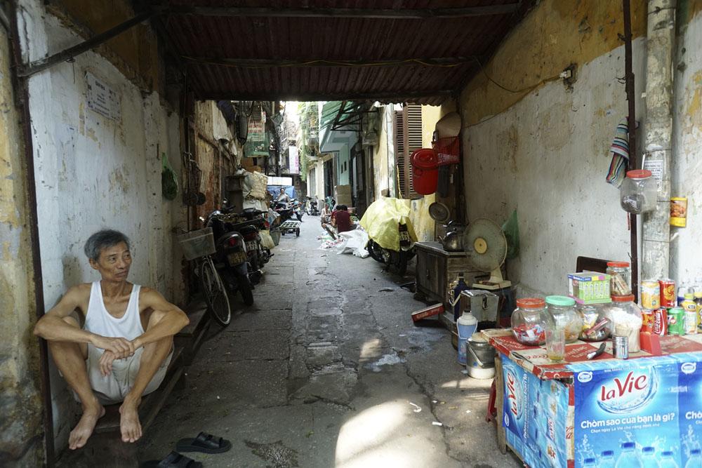 Mạng lưới ngõ nhỏ như hầm trong lòng phố cổ Hà Nội