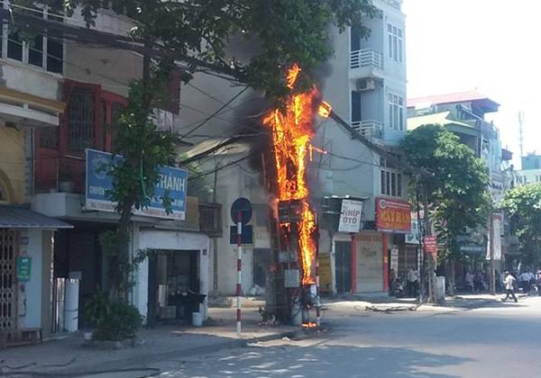 Hà Nội: Cột điện bất ngờ bốc cháy ngùn ngụt