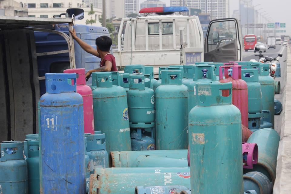 Xe chở gas lật, hàng chục bình gas lăn lóc trên đường