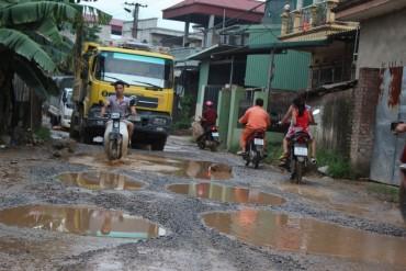 Dân khổ sở vì đường liên xã xuống cấp