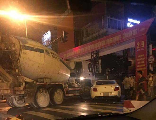 """Hà Nội: Xe bồn chở bê tông đâm toác đầu """"siêu xe"""" hơn chục tỷ"""