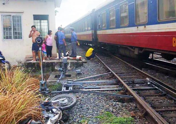 Cố lái xe máy vượt đường sắt, người đàn ông bị tàu hỏa cán chết