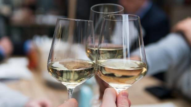 Nguy cơ do rượu gây ra lớn hơn so với tác dụng bảo vệ sức khỏe