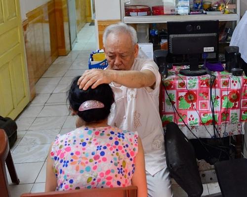 Chuyện bác sĩ tuổi 80 vẫn miệt mài chữa bệnh