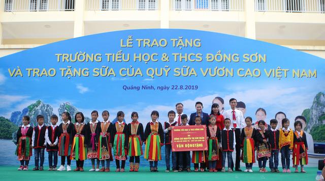 Lễ trao tặng Trường Tiểu học & THCS Đồng Sơn và Quỹ sữa Vươn cao Việt Nam trao tặng sữa cho trẻ em Tỉnh Quảng Ninh