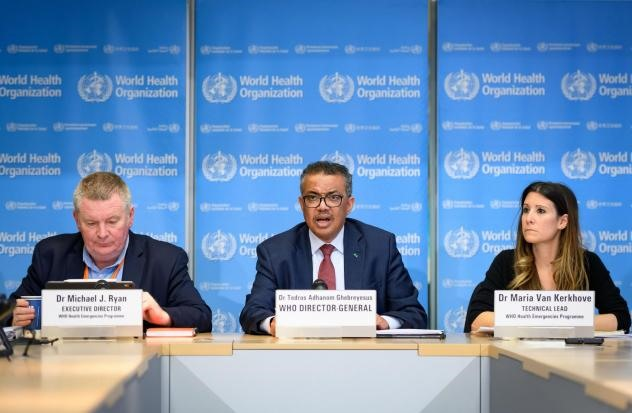 Tổng giám đốc WHO Tedros Adhanom Ghebreyesus (giữa), tiến sĩ Michael Ryan (trái) trong một cuộc họp báo của WHO. Ảnh: AFP