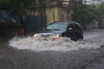 Kinh nghiệm bỏ túi khi lái xe qua đoạn đường ngập nước