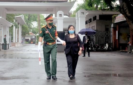 Xúc động hình ảnh người phụ nữ với đôi chân khập khiễng đến viếng nguyên Tổng Bí thư Lê Khả Phiêu