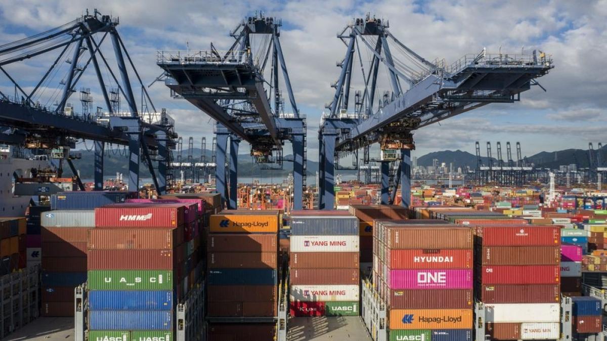 Cảng Yantian - nằm ở trung tâm xuất khẩu và công nghiệp Thâm Quyến (Trung Quốc), đã phải ngừng dịch vụ nhận hàng container do cảnh báo bão. (Ảnh: Bloomberg)