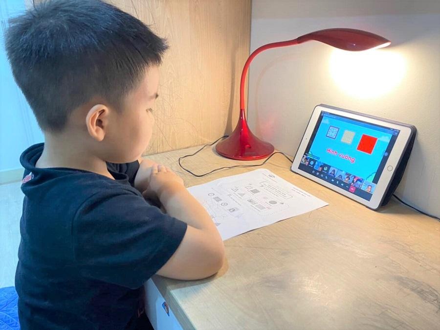 Nhiều băn khoăn khi trẻ lớp 1 học online, làm gì để lôi cuốn học sinh?