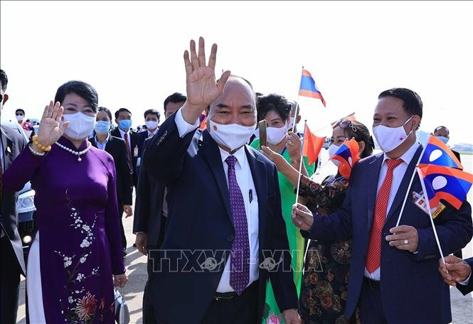 Lễ đón Chủ tịch nước Nguyễn Xuân Phúc và Phu nhân cùng đoàn đại biểu cấp cao Đảng và Nhà nước Việt Nam tại sân bay quốc tế Wattay, thủ đô Vientiane. Ảnh: TTXVN