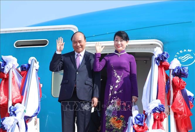 Chủ tịch nước Nguyễn Xuân Phúc cùng Phu nhân và đoàn đại biểu Việt Nam tới thủ đô Vientiane sáng 9.8. Ảnh: TTXVN