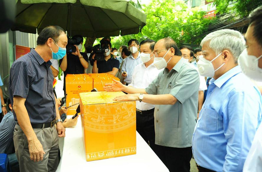Chủ tịch nước Nguyễn Xuân Phúc động viên cán bộ, chiến sĩ và nhân dân Thủ đô phòng, chống Covid-19