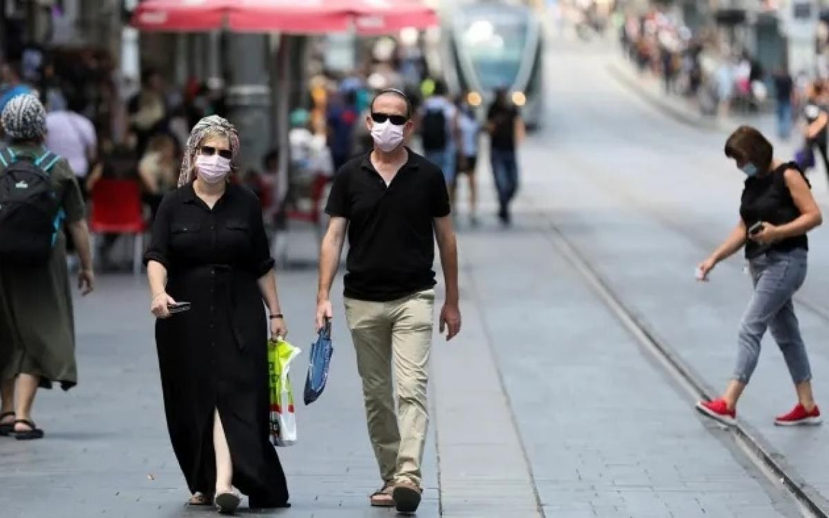 Người dân Israel đeo khẩu trang trên phố để phòng ngừa Covid-19. Ảnh: EPA.
