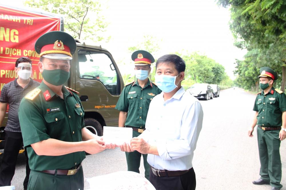 Đại diện Ban CHQS huyện Thanh Trì trao quà cho người dân gặp khó khăn trong đại dịch Covid-19