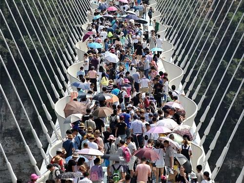 Cầu kính dài nhất thế giới phải đóng cửa vì… quá đông khách