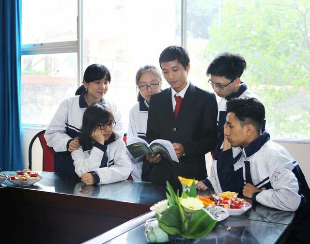 Thầy giáo dạy Lịch sử bằng thơ xác lập Kỷ lục Việt Nam