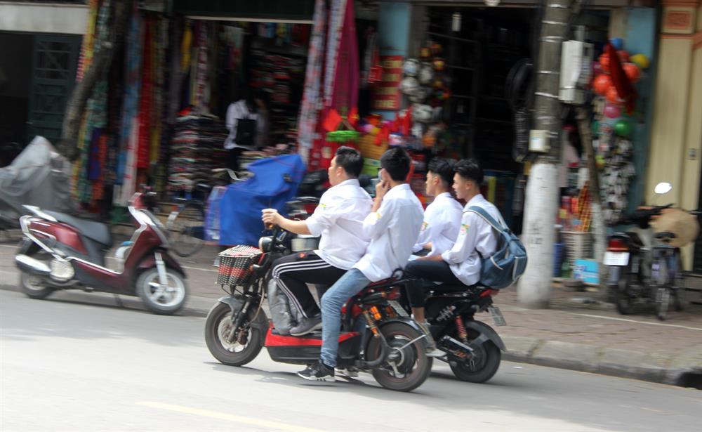 Tràn lan cảnh học sinh đầu trần đi xe điện bất chấp luật giao thông