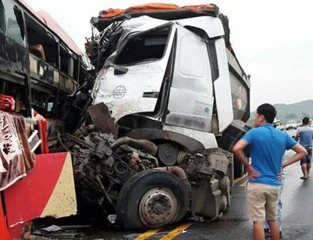 Xe khách đâm trực diện xe tải, 8 người nhập viện cấp cứu