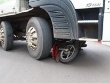 Xe máy cuốn vào gầm xe tải, ba mẹ con thiệt mạng thương tâm