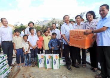 Vinamilk mang sữa đến với trẻ em vùng lũ Hà Tĩnh, Quảng Bình