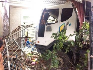 Xe tải tông liên tiếp 3 nhà dân, 4 người thoát chết đầy may mắn