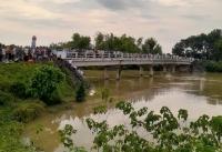 Xe taxi lao xuống sông trong đêm khiến 2 người mất tích