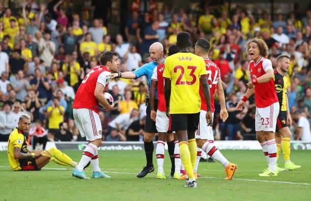 Watford 2-2 Arsenal: Công làm thủ phá