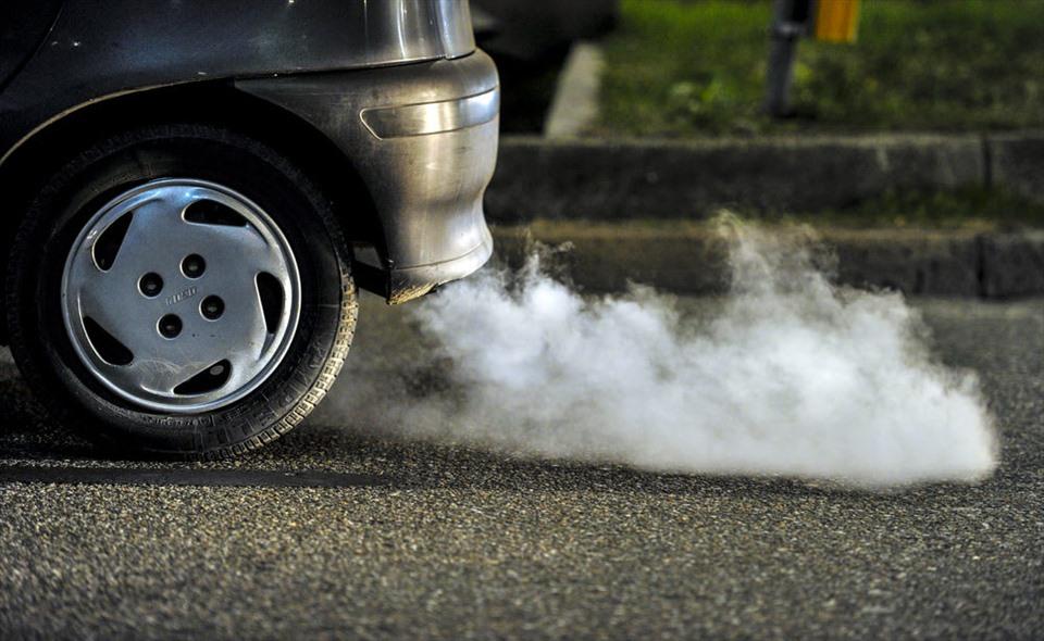 """""""Bắt bệnh"""" xe ôtô qua màu khói trắng từ ống xả"""