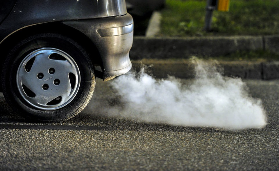 Khói trắng từ ống xả báo hiệu sự hư hỏng của nhiều bộ phận trong xe (Ảnh: Carwow)