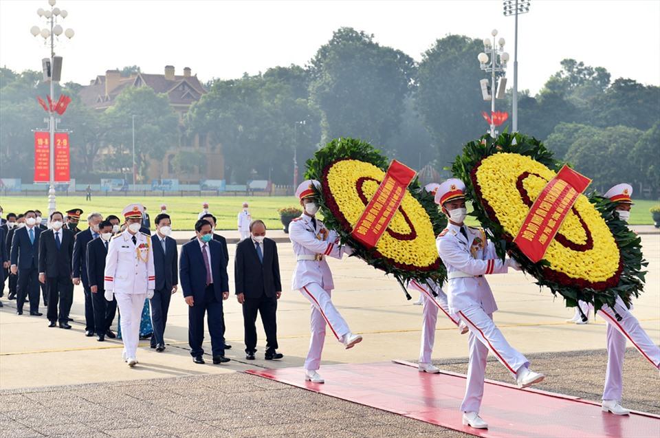 Đoàn đại biểu Ban Chấp hành Trung ương Đảng, Chủ tịch nước, Quốc hội, Chính phủ, Ủy ban Trung ương MTTQ Việt Nam vào Lăng viếng Chủ tịch Hồ Chí Minh. Ảnh Nhật Bắc