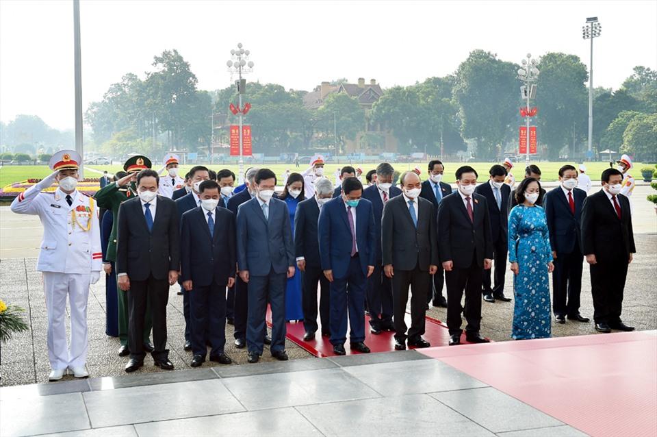 Các đồng chí lãnh đạo Đảng, Nhà nước và các đại biểu tưởng nhớ Chủ tịch Hồ Chí Minh. Ảnh: Nhật Bắc