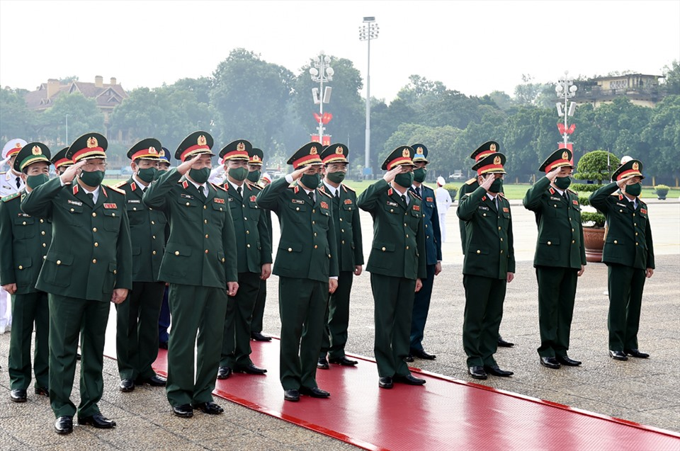 Đoàn Quân ủy Trung ương và Bộ Quốc phòng viếng Chủ tịch Hồ Chí Minh. Ảnh Nhật Bắc