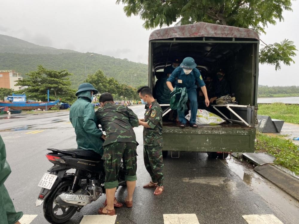 Người dân Đà Nẵng hối hả chống bão trong tâm dịch