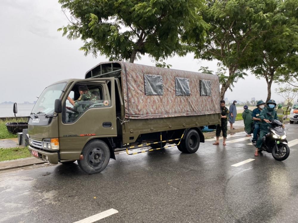 Bộ đội cũng có mặt kịp thời để cùng ngư dân di dời các phương tiện để tránh bão