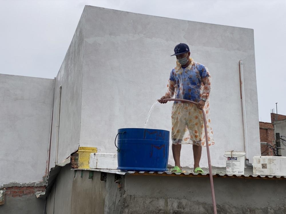 Như dân ven biển dùng nước bơm vào thùng để chèn chống mái hiên nhà