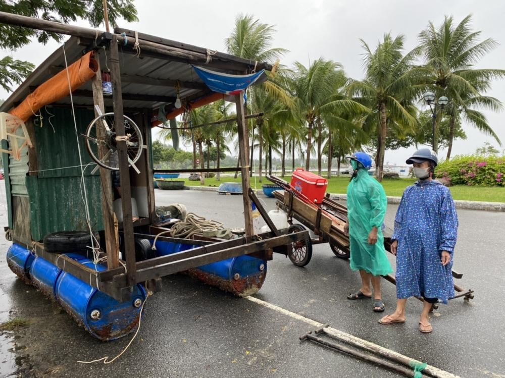 Lồng bè cá của ngư dân cũng được đưa lên khỏi mặt được để đảm bảo an toàn, do cơn bão có sức gió mạnh