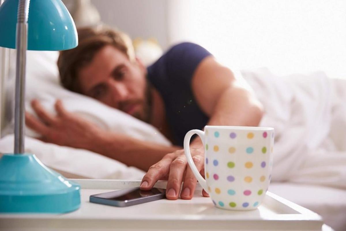 Thức dậy đúng giờ: Bạn cần ngủ đủ giấc, nhưng không nên ngủ quá giấc. Những người ngủ 9-10 tiếng mỗi ngày thường có tình trạng sức khỏe kém hơn so với những người ngủ đủ 7-8 tiếng. Trên thực tế, ngủ quá nhiều hay quá ít đều khiến não bộ già đi so với tuổi thật của bạn./.