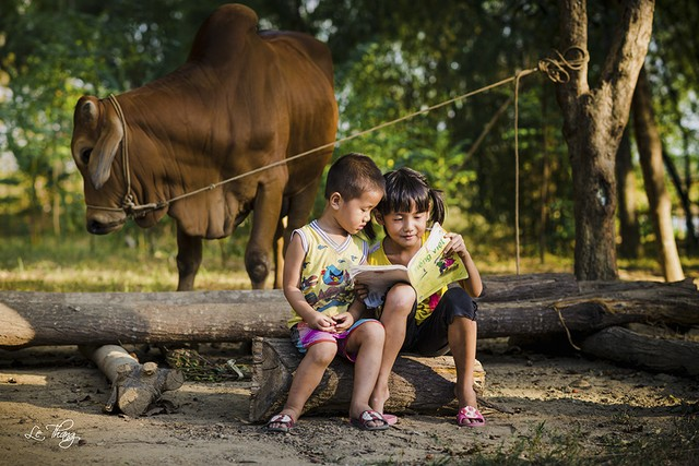 Khoảnh khắc 2 đứa trẻ cùng ngồi học bài.