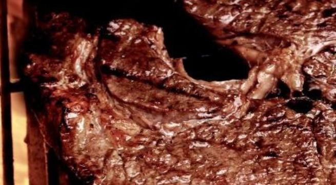 Thịt đỏ gây nguy cơ ung thư ngang với thuốc lá