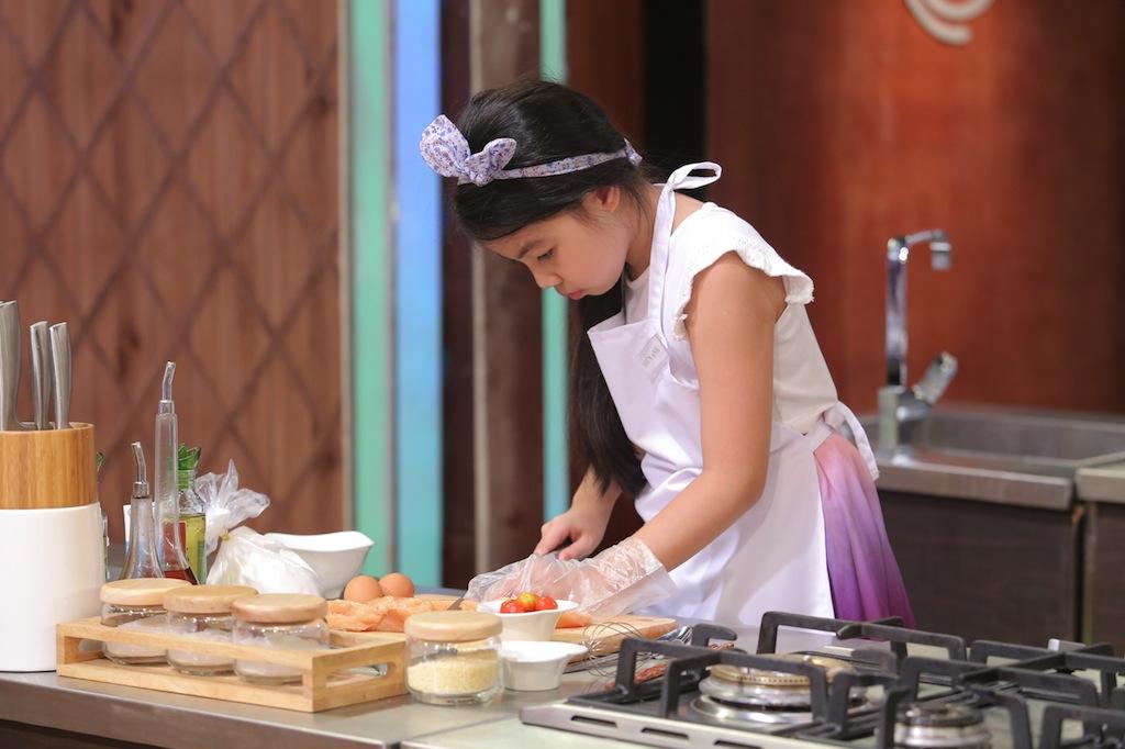 Cận cảnh hai công chúa 'hạ gục' giám khảo Vua đầu bếp nhí