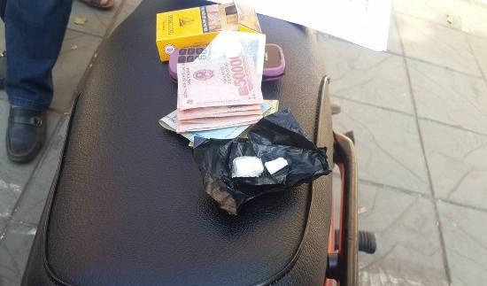 Mang theo heroin, thanh niên vứt xe máy bỏ chạy khi gặp cảnh sát