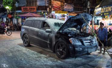 Mercedes đang lưu thông bất ngờ bốc cháy ở phố cổ