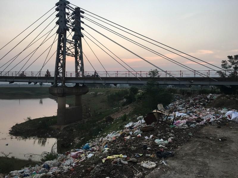 Đê sông Bùi thành bãi rác