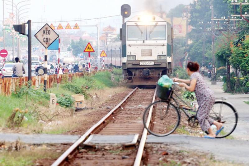 """Đừng """"đánh cược"""" mạng sống với tàu hỏa"""