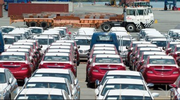 Lượng xe nhập giảm bất thường vì người mua