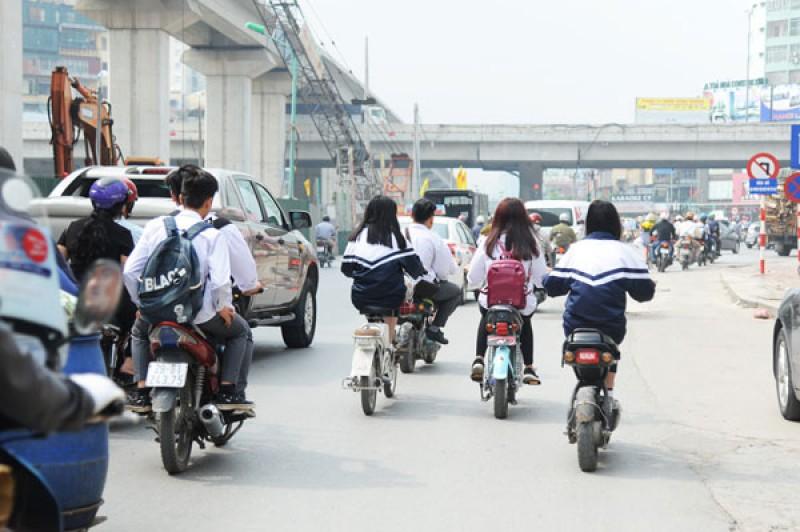 """Khi xe đạp, xe máy điện thành """"hung thần"""" đường phố"""